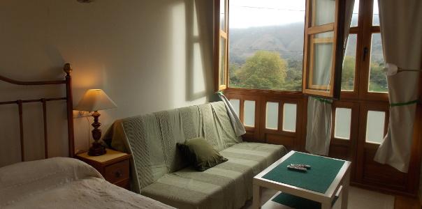 Habitación y salon apartamento Covadonga